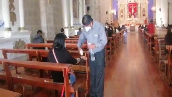 En la puerta principal de la Catedral, a los fieles se les tomó la temperatura y les echaron alcohol en las manos.