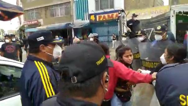 Los ambulantes se resistieron a ser desalojados por los agentes de Seguridad Ciudadana.