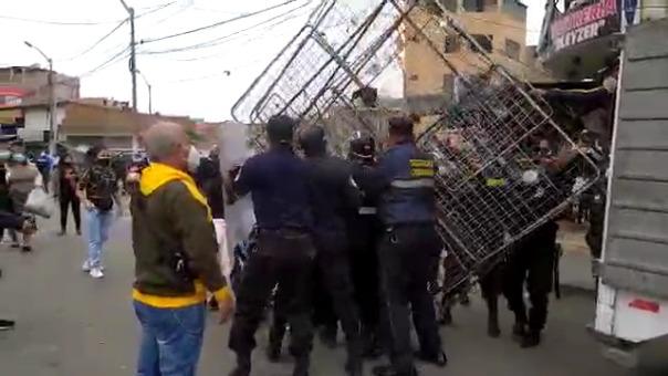Los agentes de Seguridad Ciudadana decomisaron las estructuras de metal que utilizan los comerciantes para exhibir sus productos.