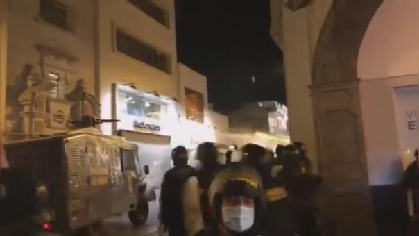 En Arequipa, la policía usó un vehículo rompe manifestaciones para dispersar a los manifestantes.