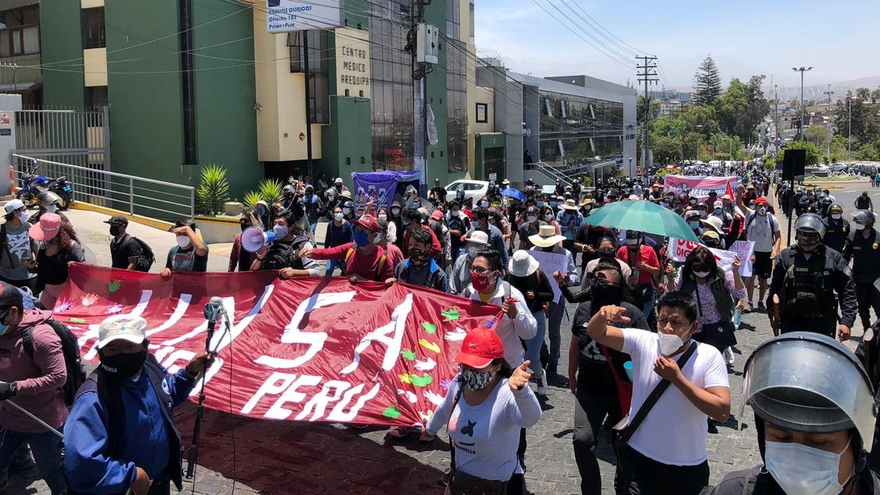 Los ciudadanos, entre jóvenes y adultos, se concentraron en la plaza España y marcharon varias cuadras hasta llegar a la Plaza de Armas.