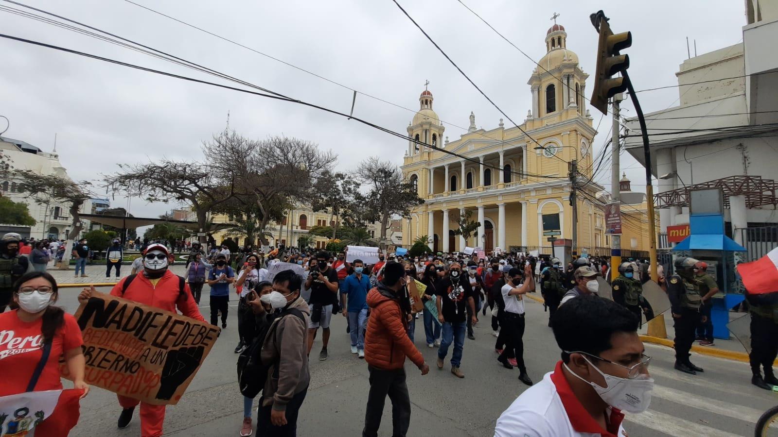 La Policía no pudo impedir que protesten frente al local partidario de Alianza Para el Progreso.