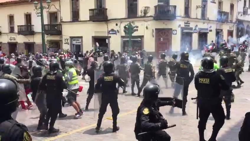 Los manifestantes llegaron hasta el local de Acción Popular donde arrojaron pintura a la fachada.