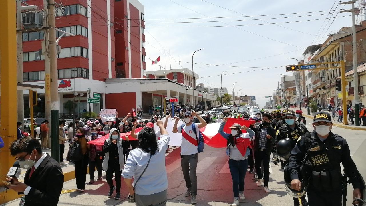 Mujer llora de indignación ante vacancia de Martín Vizcarra