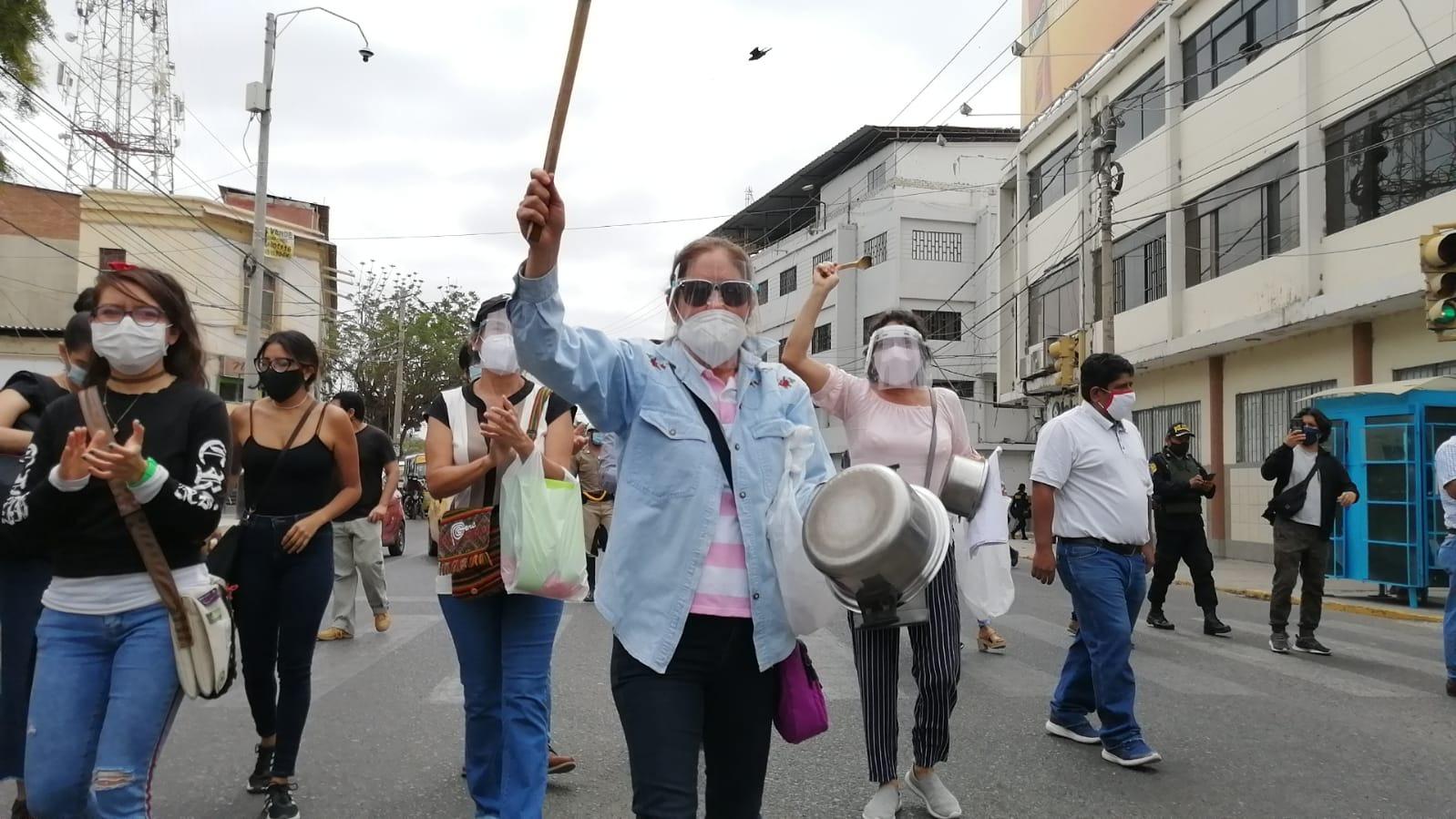 Un grupo de protestantes se concentró en la Plazuela Merino donde fueron impedidos por la Policía de tomar la principal avenida Sánchez Cerro.