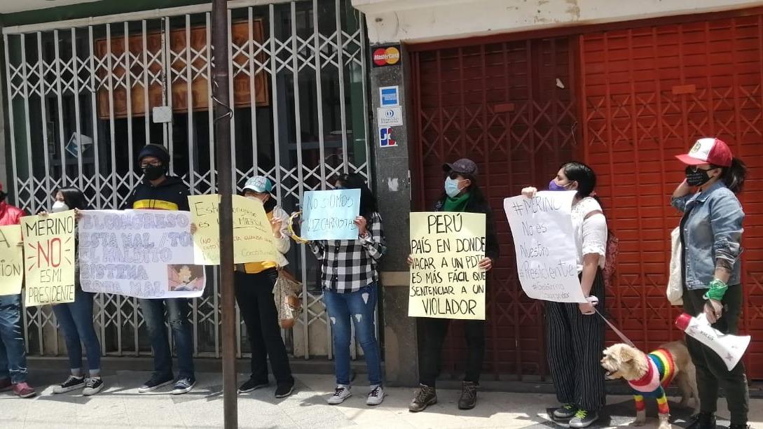 Jóvenes realizaron un plantón con carteles y una bandera del Perú, incluso algunos protestantes llegaron con su mascota.