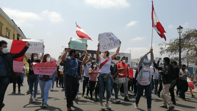 Los ciudadanos protestaron contra la juramentación del nuevo presidente de la República Manuel Merino de Lama y el partido Alianza para el Progreso.
