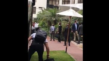 Ricardo Gareca a la salida de su hotel de concentración rumbo a los entrenamientos.