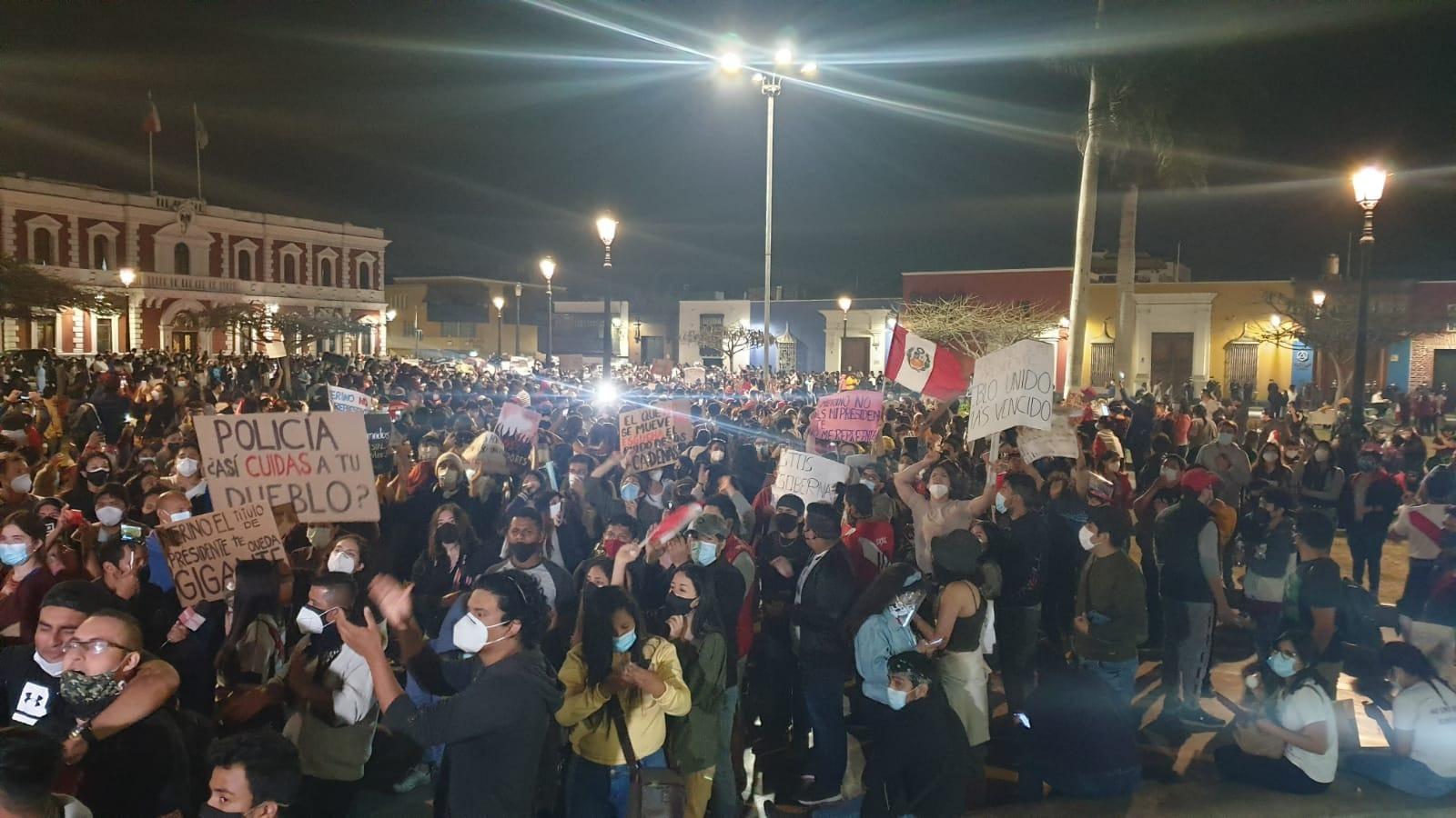 """Miles de ciudadanos congregados en la Plaza de Armas, entonaron con alma corazón y vida, la canción criolla """"Es mi Perú""""."""