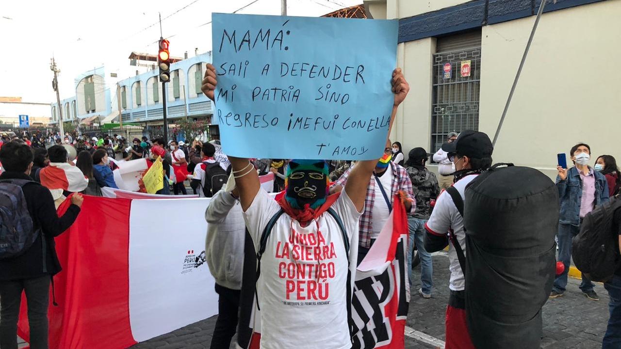 Con sus camisetas de la selección portaron carteles y banderolas, losmanifestantes mostrando su rechazo a la crisis política que atraviesa el país.