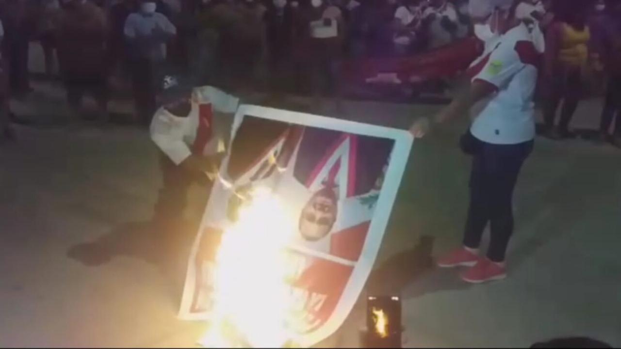 Las imágenes de los congresistas Grimaldo Vásquez Tan y Absalón Montoya Guivin, fueron quemadas por los manifestantes.
