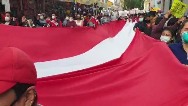 Una bandera del Perú de 15 metros es llevada durante la movilización en Trujillo.