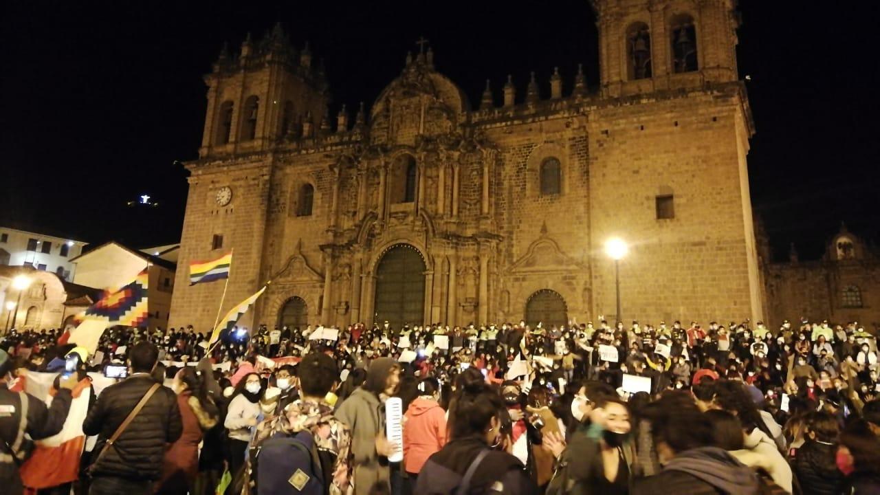 Los ciudadanos llegaron hasta la plaza de Cusco donde arengaron en contra del gobierno de Manuel Merino.