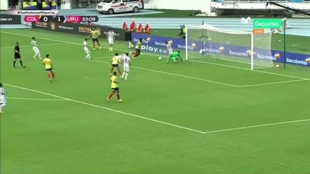Diego Godín casi anota en propia puerta en partido frente a Colombia.