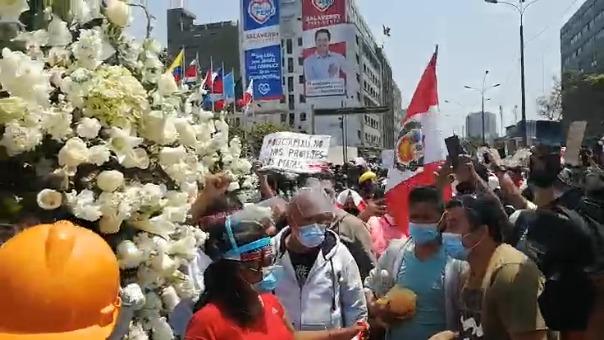 Así luce el Congreso con los arreglos florales en nombre de los fallecidos.