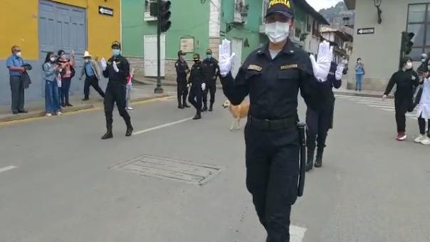 Los policías usaron guantes blancos como símbolo de paz y unidad ante los hechos de violencia ocurridos en Lima.
