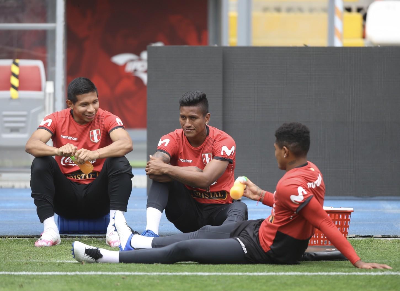 Edison Flores, Pedro Aquino y Wilder Cartagena en un momento de reposo.