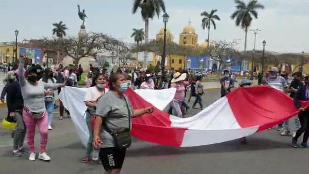 Los vendedores informales realizaron una protesta en el frontis de la Municipalidad Provincial de Trujillo.