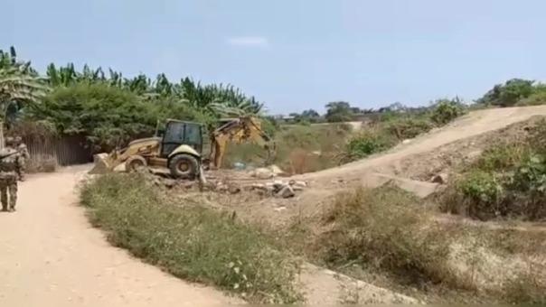 Con maquinaria pesada destruyen pasos ilegales construidos por contrabandistas en la frontera con Ecuador.