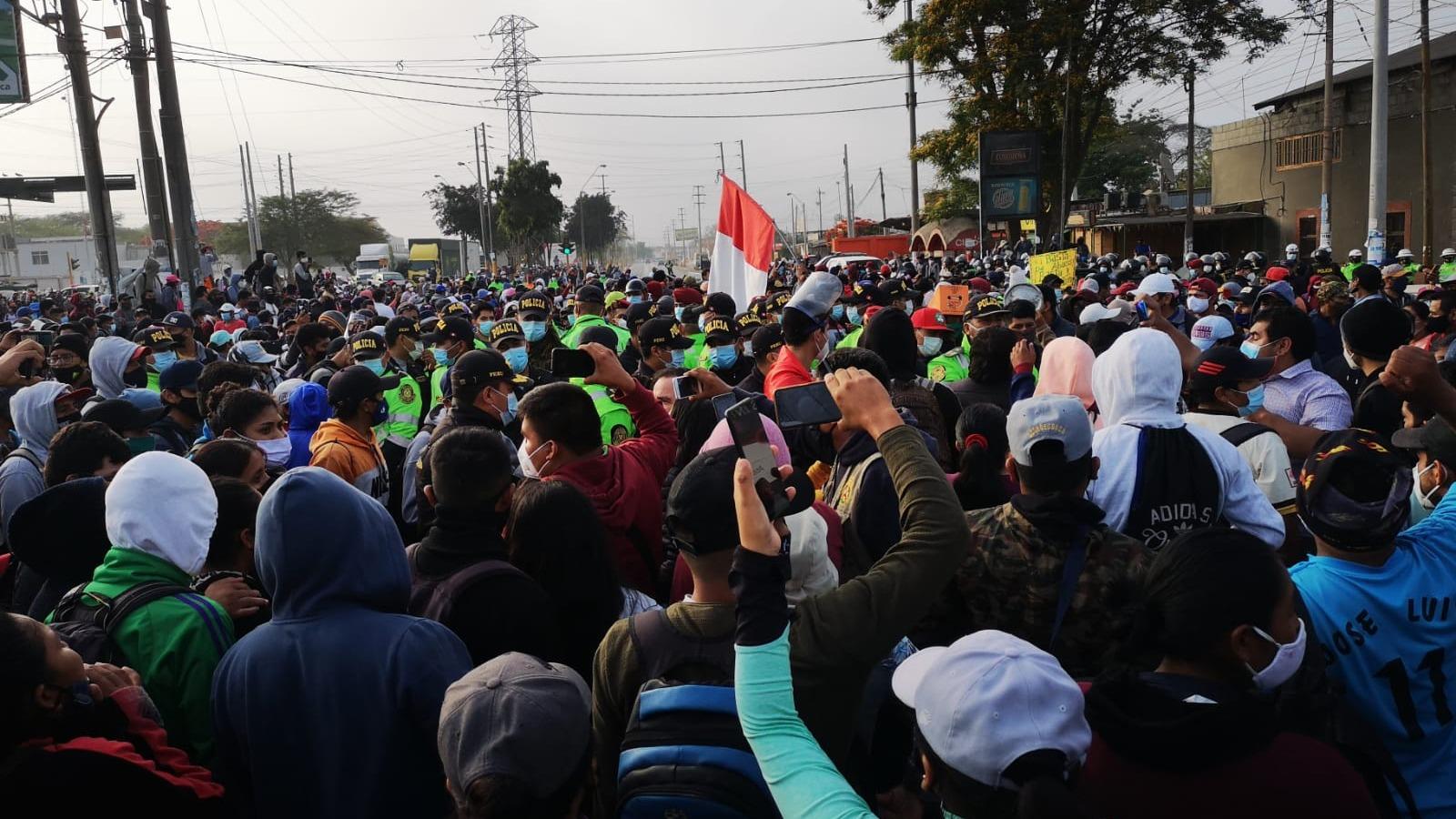 Cientos de trabajadores quemaron llantas y bloquearon durante 4 horas la Panamericana Sur en Ica.