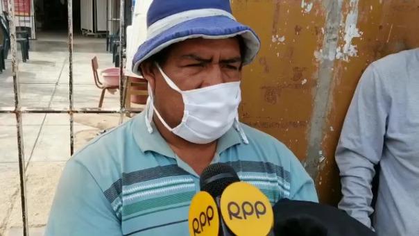 José Muñoz, padre del fallecido, llegó al centro de Salud de Chao para ver el cuerpo de su hijo.