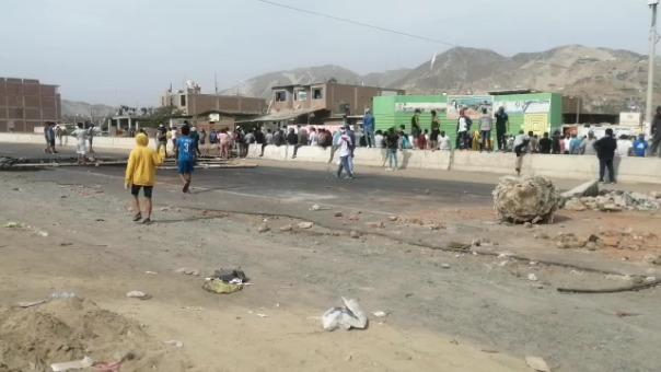 La carretera Panamericana Norte, en Virú, permanece bloqueada al tránsito y con la presencia de manifestantes.