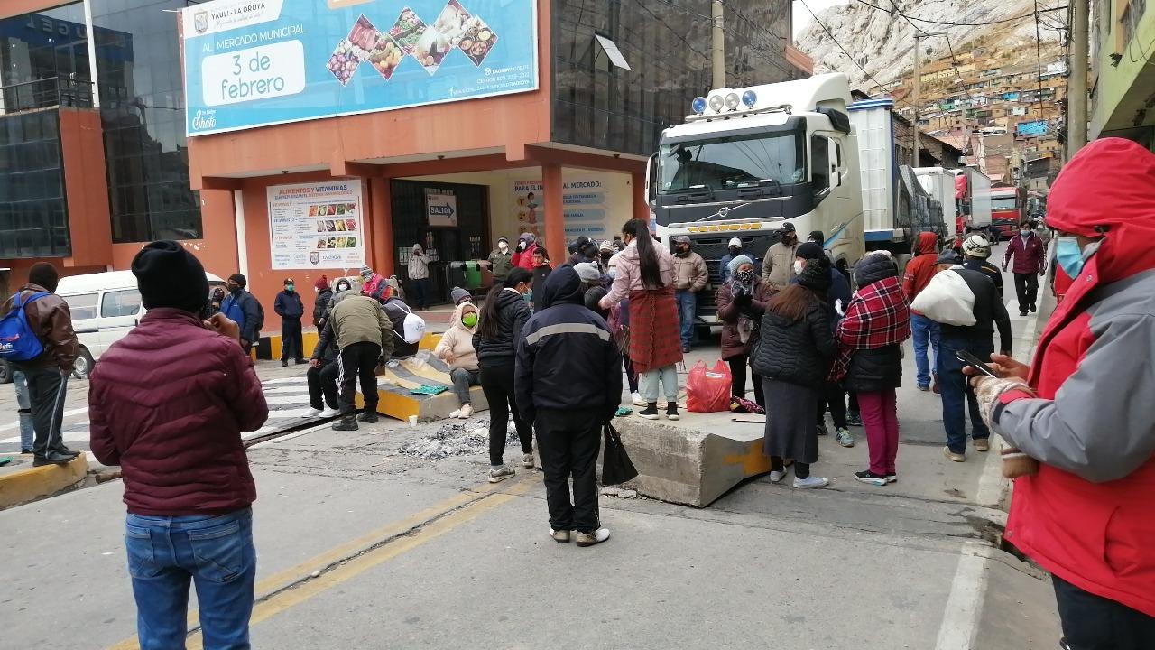 Transportistas preocupados por no poder llegar a su destino.