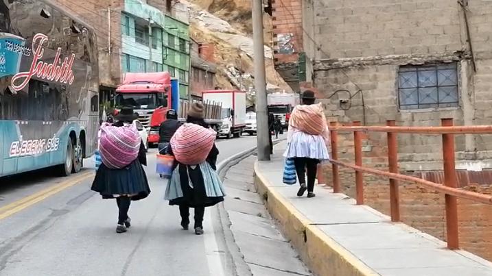 Campesinas caminan desde las dos de la madrugada para llegar a su destino.