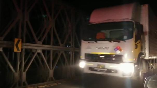 Los camiones y buses empiezan a circular por el puente Virú en La Libertad.