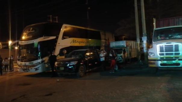 Buses y camiones se preparan para partir tras el desbloqueo de la Panamericana Sur en Ica.
