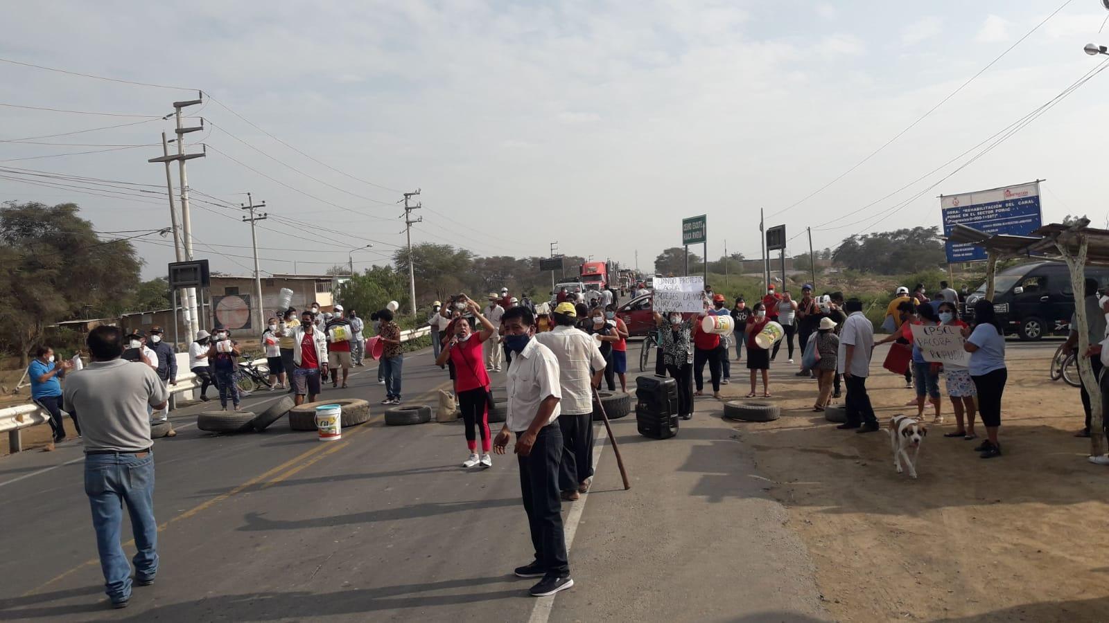 Pobladores salieron a protestar con sus baldes vacíos y bloquearon la carretera Panamericana Norte antigua.