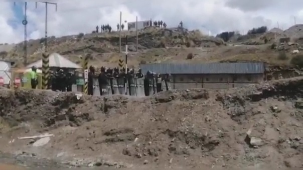 Un contingente policial custodia las instalaciones de la minera.