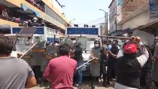 Los comerciantes se enfrentaron con palos y lanzando agua a los agentes de Seguridad Ciudadana de Trujillo.