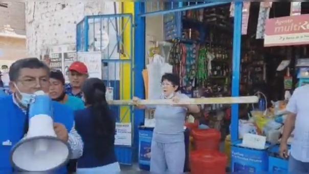 Durante la movilización obligaron a otros comerciantes a cerrar su puestos y unirse a su protesta.