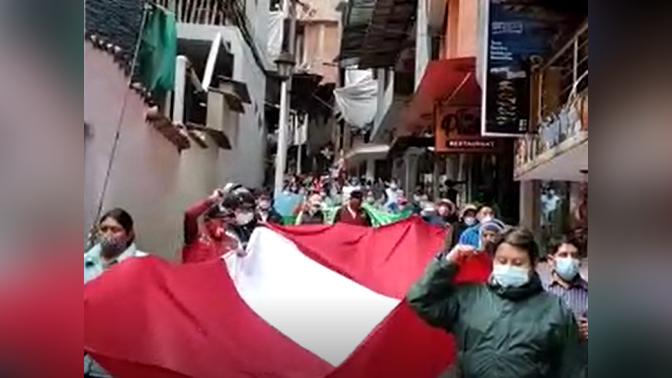 Decenas de pobladores de Machu Picchu se movilizan para exigir que el diálogo con autoridades nacionales se realice en su jurisdicción.