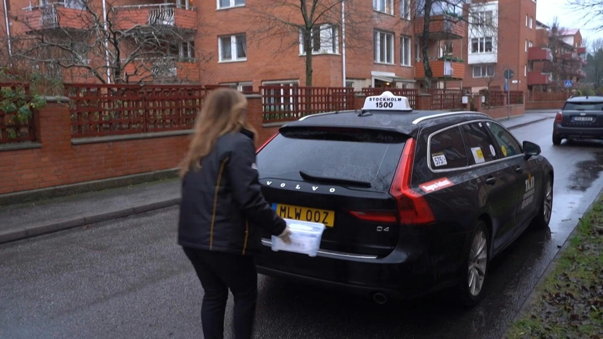 Dos empresas de taxis aseguran actualmente la tarea. Juntas, distribuyen 25 000 test por semana en Estocolmo y sus alrededores.