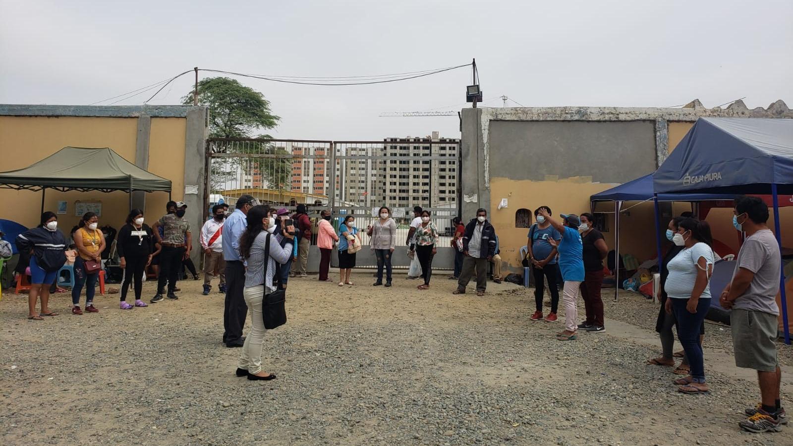 Familiares de pacientes y médicos protestan pidiendo mejores condiciones para atender incremento de casos del nuevo coronavirus.