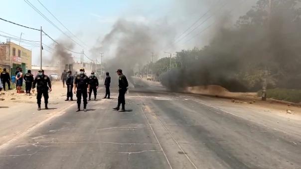 Los manifestantes queman llantas y mantienen la carretera Panamericana Norte bloqueada en Virú.