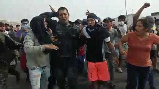Imágenes muestran cómo el agente policial es llevado por la turba de manifestantes.