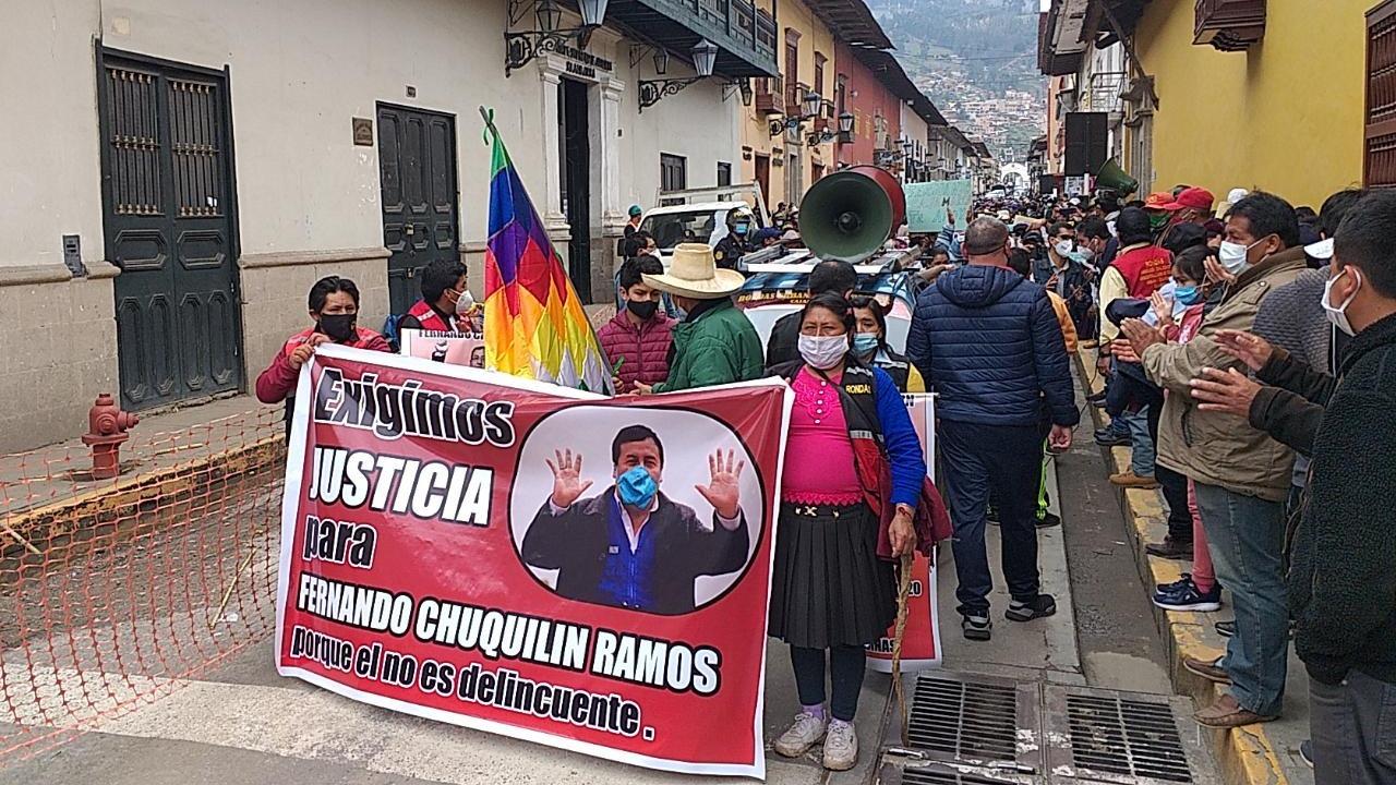 Con carteles y pancartas en mano, los ronderos se desplazan de manera pacífica por las calles de Cajamarca.