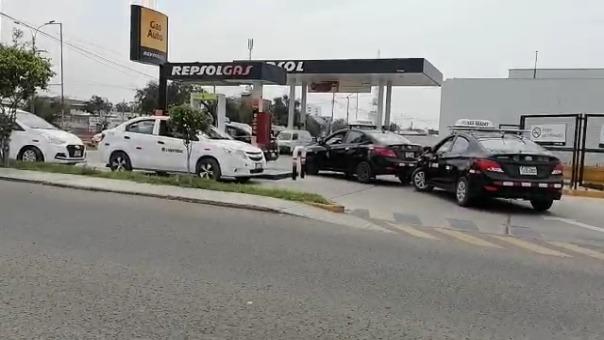 Los automóviles esperan para ser atendidos en los grifos que aún cuentan con stock de GLP.