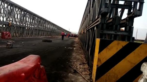 El vehículo fue arrastrado por unos 500 metros antes de ser incendiado por los manifestantes.