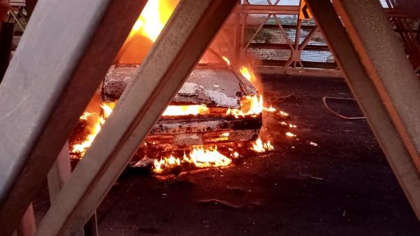 El automóvil fue quemado al centro del puente Virú que se encuentra bloqueado desde hace tres días.
