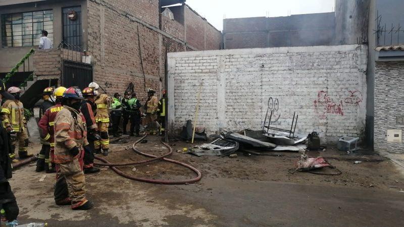 Los bomberos trabajaron por casi dos horas para controlar el fuego.