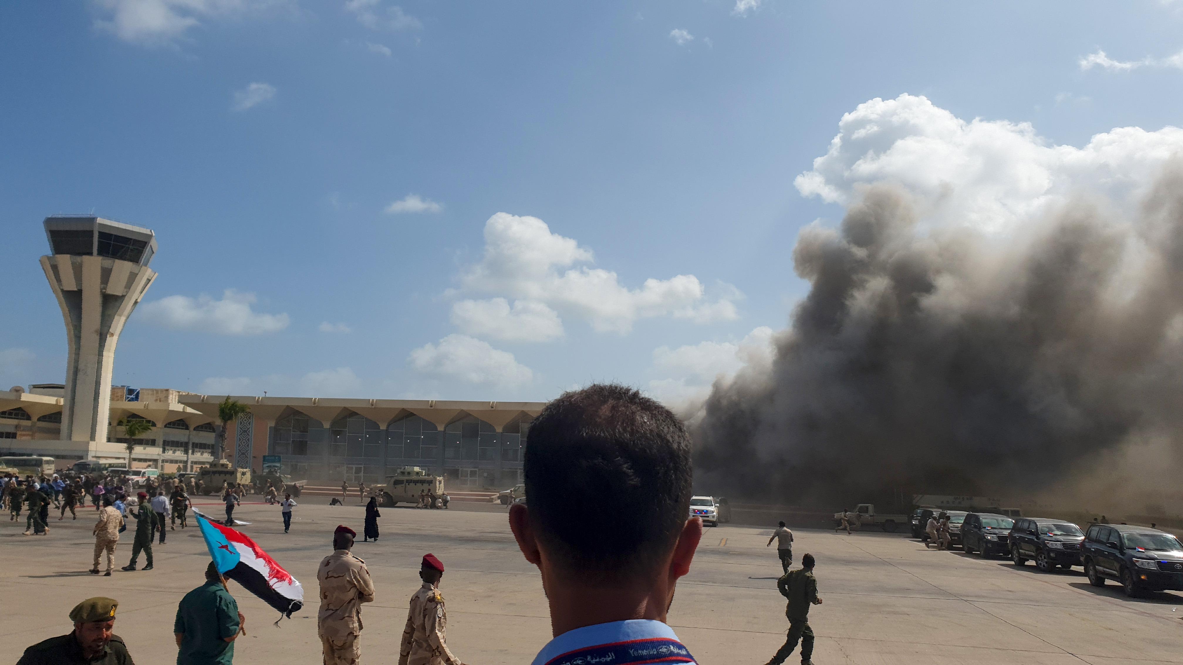 Al menos dos explosiones se produjeron cuando el avión aterrizó y los funcionarios comenzaban a salir de su interior.