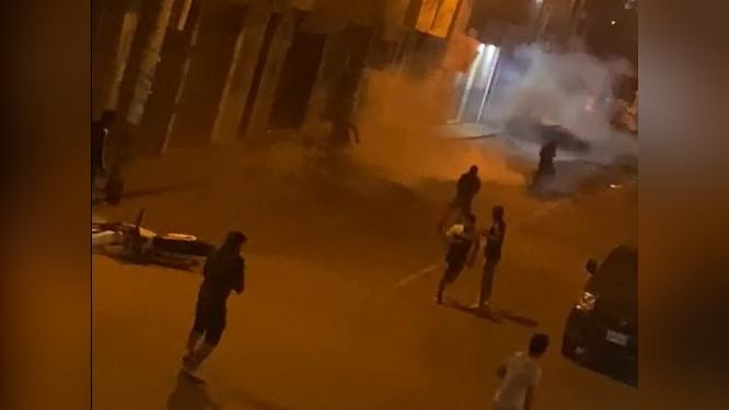 Durante la madrugada los enfrentamientos continuaron y dos policías resultaron heridos.