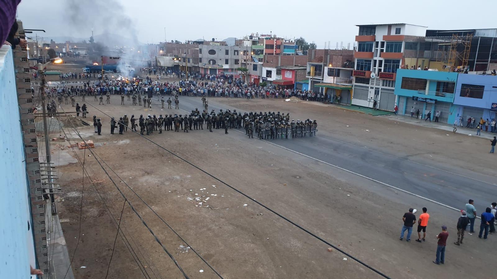 Los efectivos de la Policía Nacional optaron por retroceder ante el bloqueo de la carretera.