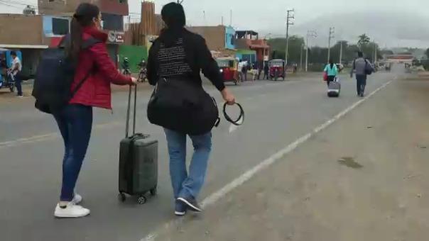 Ante el bloqueo de la carretera los pasajeros tuvieron que caminar varios kilómetros.