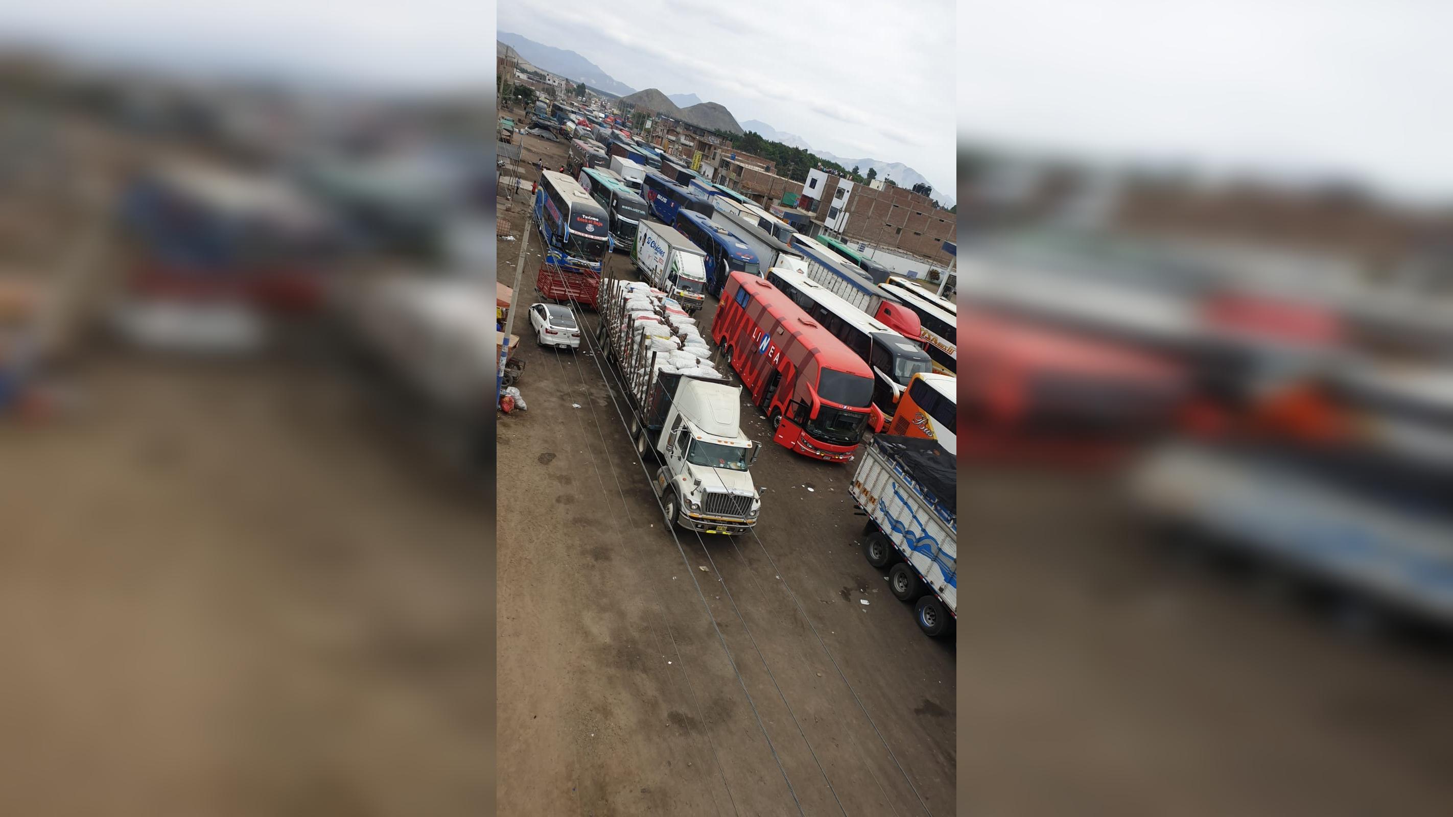 Buses y camiones varados en la Panamericana Norte a la altura de Chao.