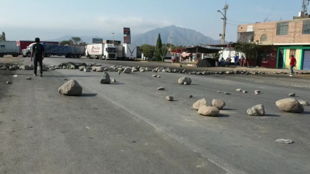 Los manifestantes colocaron piedras en la carretera para impedir el pase de vehículos.